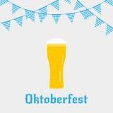 Απεικόνιση Oktoberfest με το γυαλί μπύρας τυπογραφίας Oktoberfest στο επίπεδο ύφος και τα υφάσματα Στοκ Εικόνα