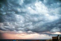 Απειλητικά σύννεφα πέρα από τη θάλασσα στοκ φωτογραφίες με δικαίωμα ελεύθερης χρήσης