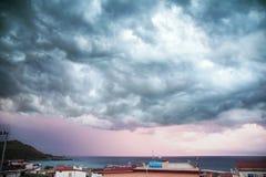 Απειλητικά σύννεφα πέρα από τη θάλασσα στοκ φωτογραφία