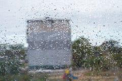 Απελευθερώσεις νερού στο παράθυρο Στοκ φωτογραφία με δικαίωμα ελεύθερης χρήσης