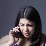 Απελπισμένα νέα smartphone και να φωνάξει εκμετάλλευσης γυναικών στοκ φωτογραφίες