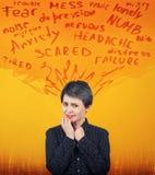 Απελπισμένη γυναίκα που έχει την ανησυχία και τον πονοκέφαλο, προβλήματα πνευματικών υγειών, συναίσθημα κατάθλιψης κινδύνου Σχιζο στοκ φωτογραφίες