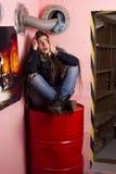 απελπισμένη κόκκινη γυναίκα συνεδρίασης βαρελιών στοκ εικόνες με δικαίωμα ελεύθερης χρήσης