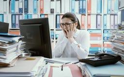 Απελπισμένος εργαζόμενος γραφείων που έχει τα προβλήματα υπολογιστών στοκ φωτογραφία με δικαίωμα ελεύθερης χρήσης