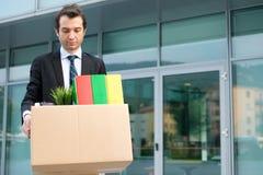 Απελπισμένος και απολυθείς επιχειρηματίας που εγκαταλείπει το γραφείο Στοκ Εικόνες