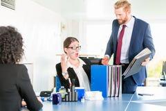 Απελπισμένος και τονισμένος βοηθός στο γραφείο στοκ εικόνα