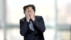 Απελπισμένος καυκάσιος επιχειρηματίας στο θολωμένο υπόβαθρο απόθεμα βίντεο