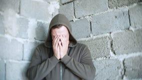 Απελπισμένο δυστυχισμένο άτομο από τον τοίχο η έννοια της πίεσης και μάταιος στοκ εικόνες