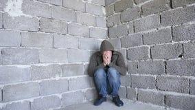 Απελπισμένο δυστυχισμένο άτομο από τον τοίχο η έννοια της πίεσης και μάταιος στοκ φωτογραφία