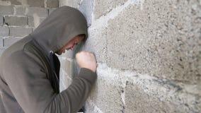 Απελπισμένο δυστυχισμένο άτομο από τον τοίχο η έννοια της πίεσης και μάταιος στοκ εικόνα με δικαίωμα ελεύθερης χρήσης