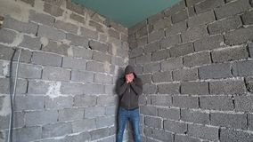 Απελπισμένο δυστυχισμένο άτομο από τον τοίχο η έννοια της πίεσης και μάταιος στοκ φωτογραφία με δικαίωμα ελεύθερης χρήσης