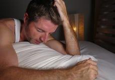 Απελπισμένο και καταθλιπτικό μέσο ηλικίας άτομο ανίκανο στον ύπνο που υφίστανται την κρίση ανησυχίας και το συναίσθημα κατάθλιψης στοκ εικόνες με δικαίωμα ελεύθερης χρήσης