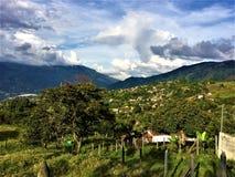Απεραντοσύνη του ουρανού πέρα από τα βουνά και το τοπίο στοκ φωτογραφία