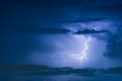 Απεργία αστραπής θύελλας βροντής στο σκοτεινό νεφελώδη ουρανό Στοκ φωτογραφίες με δικαίωμα ελεύθερης χρήσης