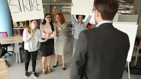 Απεργία στο γραφείο, δυστυχισμένοι υπάλληλοι απόθεμα βίντεο