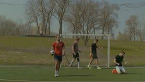 Απεργός που γιορτάζει έναν στόχο κατά τη διάρκεια του αγώνα ποδοσφαίρου απόθεμα βίντεο
