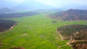 Απεριόριστο τοπίο ορεινών περιοχών με την κοιλάδα μεταξύ των λόφων φιλμ μικρού μήκους