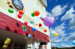 Απελευθέρωση μπαλονιών στον εορτασμό της αρχής του σχολικού έτους Στοκ φωτογραφία με δικαίωμα ελεύθερης χρήσης
