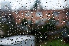 Απελευθερώσεις βροχής σε ένα παράθυρο Στοκ εικόνες με δικαίωμα ελεύθερης χρήσης