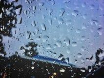 Απελευθερώσεις βροχής στο γυαλί Στοκ Φωτογραφίες
