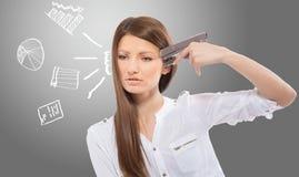 Απελπισμένη κυρία γραφείων με τα συρμένα διαγράμματα, γκρίζο υπόβαθρο Στοκ Εικόνα