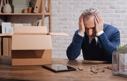 Απελπισμένος απολυθείς επιχειρηματίας που συντρίβεται με τις σκέψεις Στοκ Εικόνες