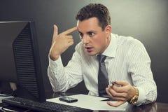 Απελπισμένος επιχειρηματίας που δείχνει το δάχτυλό του το κεφάλι του Στοκ φωτογραφία με δικαίωμα ελεύθερης χρήσης