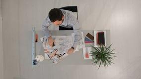 Απελπισμένος επιχειρηματίας στο γραφείο του που κοιτάζει κάτω απόθεμα βίντεο