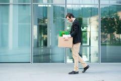 Απελπισμένος και απολυθείς επιχειρηματίας που εγκαταλείπει το γραφείο Στοκ φωτογραφία με δικαίωμα ελεύθερης χρήσης