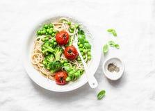 Απλά χορτοφάγα ζυμαρικά Χορτοφάγα μακαρόνια ζυμαρικών με το λάχανο μπρόκολου, τα πράσινα μπιζέλια και τις ντομάτες κερασιών στο ε Στοκ φωτογραφία με δικαίωμα ελεύθερης χρήσης