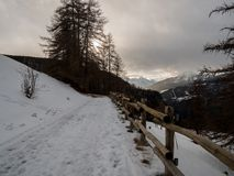 Απλές χιονώδεις διαδρομές ελαστικών αυτοκινήτου - πορτρέτο Αίγαγροι, Ιταλία στοκ φωτογραφία με δικαίωμα ελεύθερης χρήσης