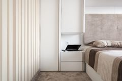 Απλή άσπρη κρεβατοκάμαρα Στοκ Φωτογραφία