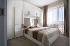 Απλή άσπρη κρεβατοκάμαρα Στοκ φωτογραφία με δικαίωμα ελεύθερης χρήσης
