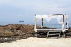 Απλή καλύβα παραλιών ξυλείας με την άσπρη σκιά στην παραλία βράχου Στοκ φωτογραφία με δικαίωμα ελεύθερης χρήσης