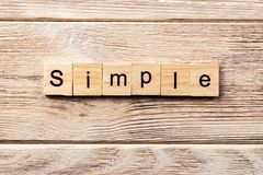Απλή λέξη που γράφεται στον ξύλινο φραγμό απλό κείμενο στον πίνακα, έννοια στοκ εικόνα με δικαίωμα ελεύθερης χρήσης