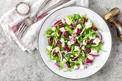Απλή σαλάτα με το arugula, τα φασόλια, το μαλακό τυρί, τα κρεμμύδια και το έλαιο Στοκ Εικόνα