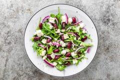 Απλή σαλάτα με το arugula, τα φασόλια, το μαλακό τυρί, τα κρεμμύδια και το έλαιο Στοκ Φωτογραφία