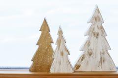 Απλός, αγροτικός, εγχώριες διακοσμήσεις διακοπών Χριστουγέννων ύφους χωρών Χειροποίητα χρωματισμένα ξύλινα δέντρα στο windowsill Στοκ εικόνες με δικαίωμα ελεύθερης χρήσης
