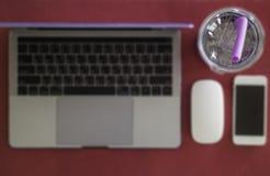 Απλός ασύρματος πίνακας εργασίας με την κινητά συσκευή και το ποτό στοκ εικόνες