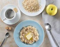 Απλό πρόγευμα - τσάντες τσαγιού και oatmeal με βουτύρου, κίτρινο Appl Στοκ φωτογραφίες με δικαίωμα ελεύθερης χρήσης