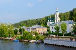 Αποβάθρα αποβαθρών και ποταμών της πόλης Ples το καλοκαίρι, Ρωσία Στοκ φωτογραφία με δικαίωμα ελεύθερης χρήσης