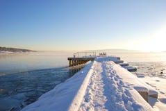Αποβάθρα βαρκών που καλύπτεται με το χιόνι και τον πάγο Στοκ εικόνα με δικαίωμα ελεύθερης χρήσης