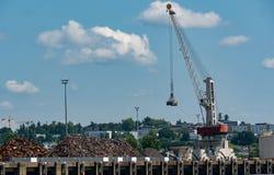 Αποβάθρα γερανών στο Garonne ποταμό στην πόλη του Μπορντώ στοκ εικόνα