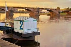 Αποβάθρα για τις βάρκες εξόρμησης στις τράπεζες του Elbe στη Δρέσδη στοκ εικόνες