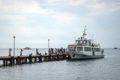 Αποβάθρα θάλασσας και δεμένη βάρκα στοκ φωτογραφία