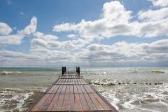 Αποβάθρα θάλασσας και δραματικός ουρανός Στοκ εικόνα με δικαίωμα ελεύθερης χρήσης