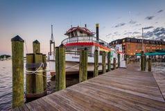 Αποβάθρα και βάρκα στην προκυμαία, σε Annapolis, Μέρυλαντ Στοκ Εικόνες