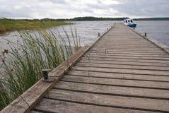 Αποβάθρα και η μόνη βάρκα Στοκ Εικόνες