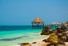 Αποβάθρα και ξύλινο gazebo από την παραλία Τροπικό τοπίο με το λιμενοβραχίονα: θάλασσα, άμμος, βράχοι, κύματα, τυρκουάζ νερό Μεξι στοκ φωτογραφίες με δικαίωμα ελεύθερης χρήσης