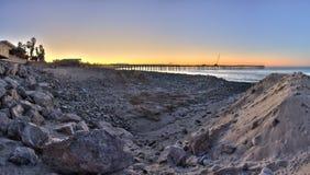 Αποβάθρα μεταξύ των αμμόλοφων της άμμου και του βράχου στοκ φωτογραφίες